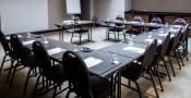 Une salle de réunion lumineuse avec un espace lounge pour vos pauses café