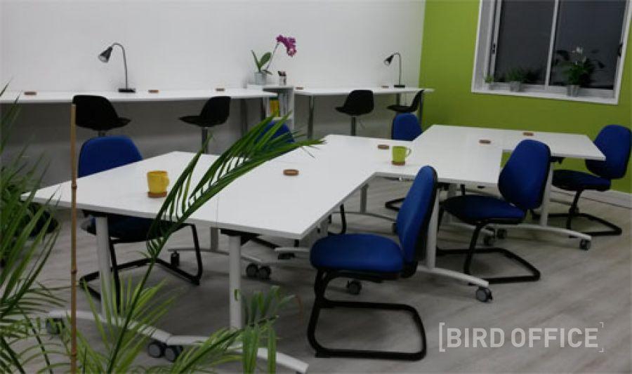 poste de travail dans un espace de coworking lyon m tro valmy. Black Bedroom Furniture Sets. Home Design Ideas