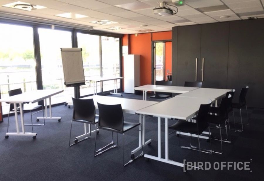 Book bright meeting room of 50m2 fully equipped in lyon vaise