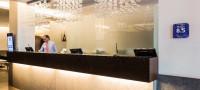 Une salle confortable avec une verrière pour vos pauses détente